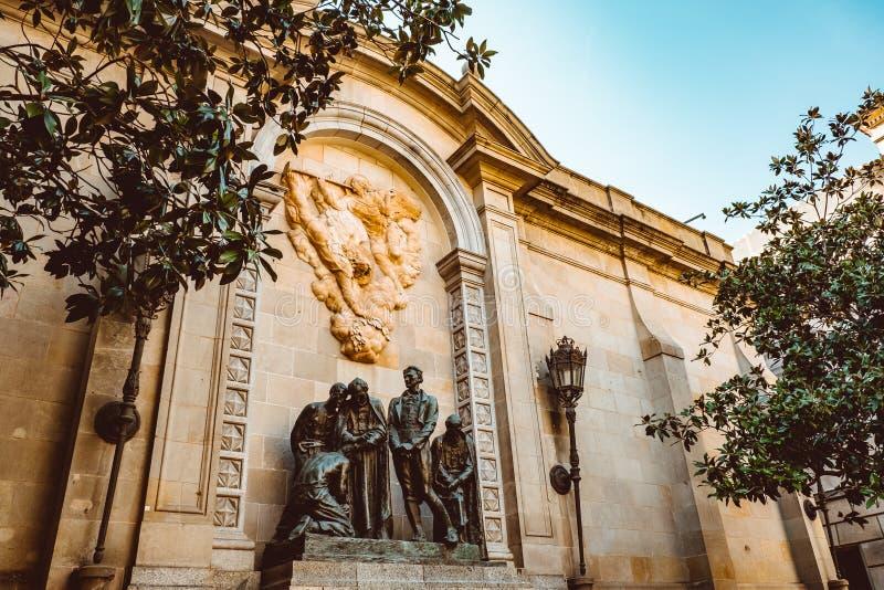 Gammal kyrka i den gotiska fj?rdedelen av Barcelona Det ocks? kallas som Barri Gotic royaltyfri fotografi