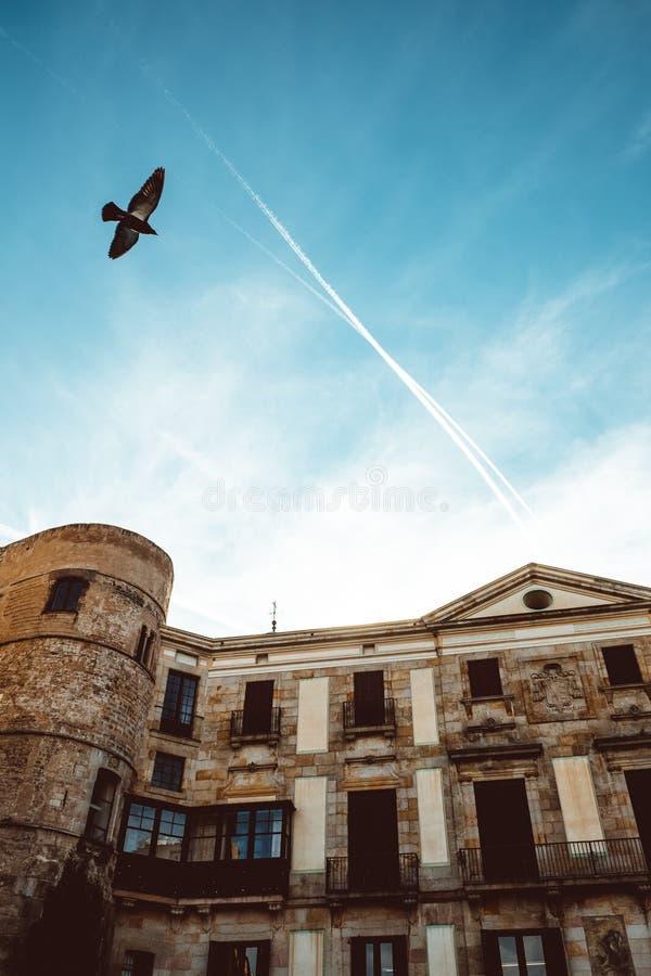 Gammal kyrka i den gotiska fj?rdedelen av Barcelona Det ocks? kallas som Barri Gotic royaltyfria bilder