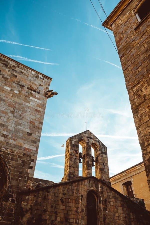 Gammal kyrka i den gotiska fj?rdedelen av Barcelona Det ocks? kallas som Barri Gotic arkivbilder