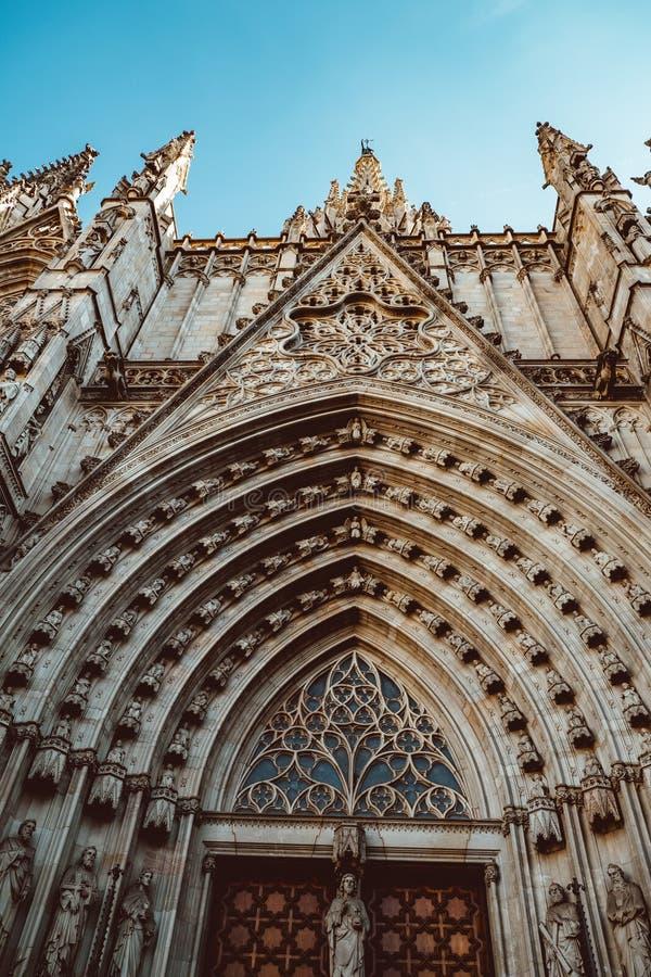 Gammal kyrka i den gotiska fj?rdedelen av Barcelona Det ocks? kallas som Barri Gotic royaltyfri foto