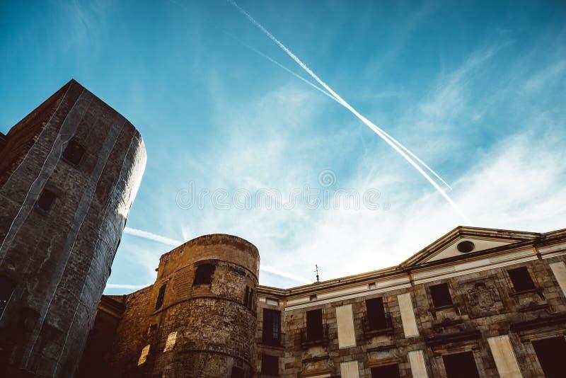 Gammal kyrka i den gotiska fj?rdedelen av Barcelona Det ocks? kallas som Barri Gotic arkivfoto