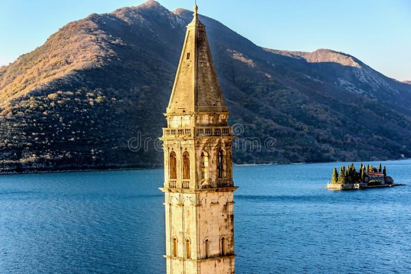 Gammal kyrka i Perast och den lilla ön St George i Montenegro arkivbilder