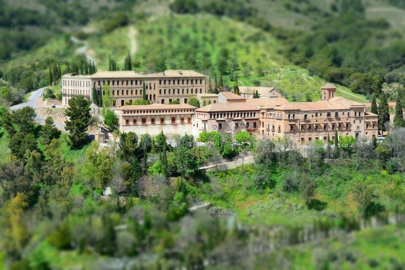 Gammal kyrka och kloster som omges av vegetation, nära staden av Granada i Spanien Ett tyst och härligt ställe royaltyfri bild