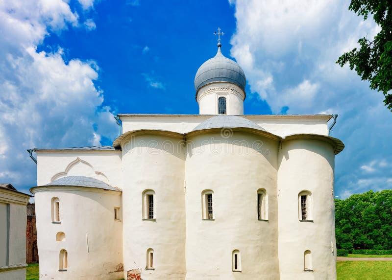 Gammal kyrka på den Yaroslavl marknadsplatsen Veliky Novgorod, Ryssland fotografering för bildbyråer
