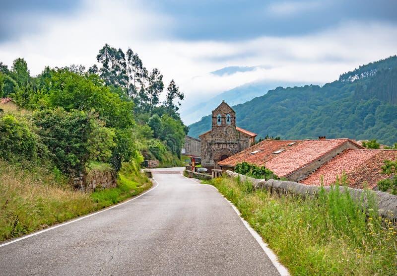 Gammal kyrka på vägen av St James Pilgrimsfärd över Spanien, Europa Camino de Santiago, camino del Norte arkivfoton