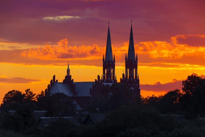 Gammal kyrka p? solnedg?ngen fotografering för bildbyråer