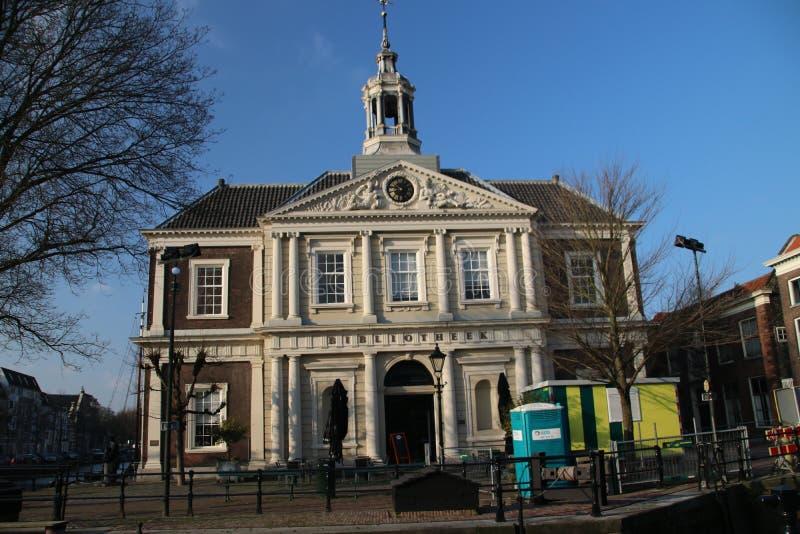 Gammal kyrklig byggnad i mitten av Schiedam, Nederländerna fotografering för bildbyråer