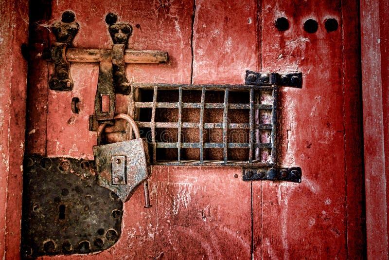 Gammal lås och låsamaskinvara på antik arrestdörr arkivbild