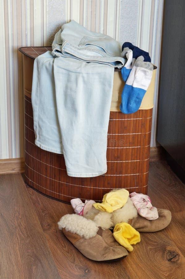 Gammal lögn för häftklammermatare och för sockor för hus för pälskvinna` s per grupp på trät royaltyfri bild