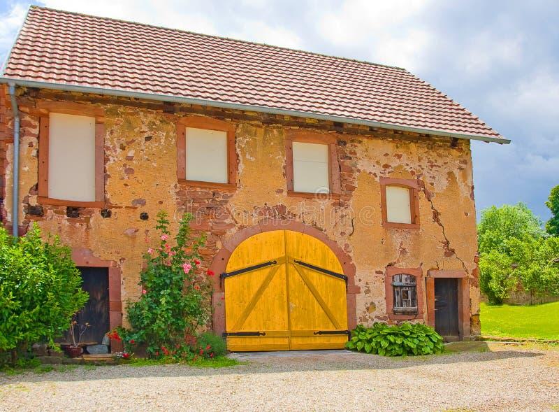 Gammal ladugård i en by arkivbilder