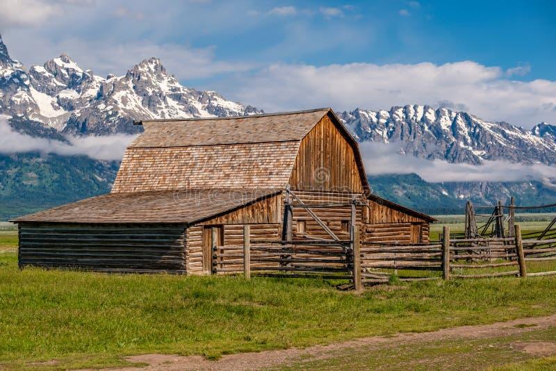 Gammal ladugård i storslagna Teton berg fotografering för bildbyråer