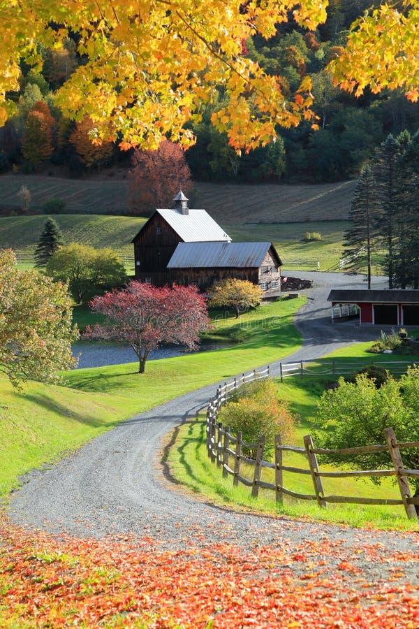 Gammal ladugård i Vermont den lantliga sidan arkivbild