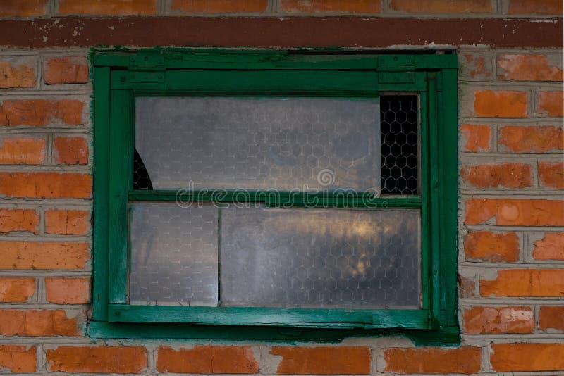 Gammal ladugård med tappningett träfönster arkivbild