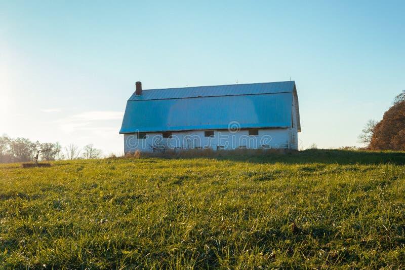 Gammal ladugård på lantgård i Indiana bygd arkivfoto