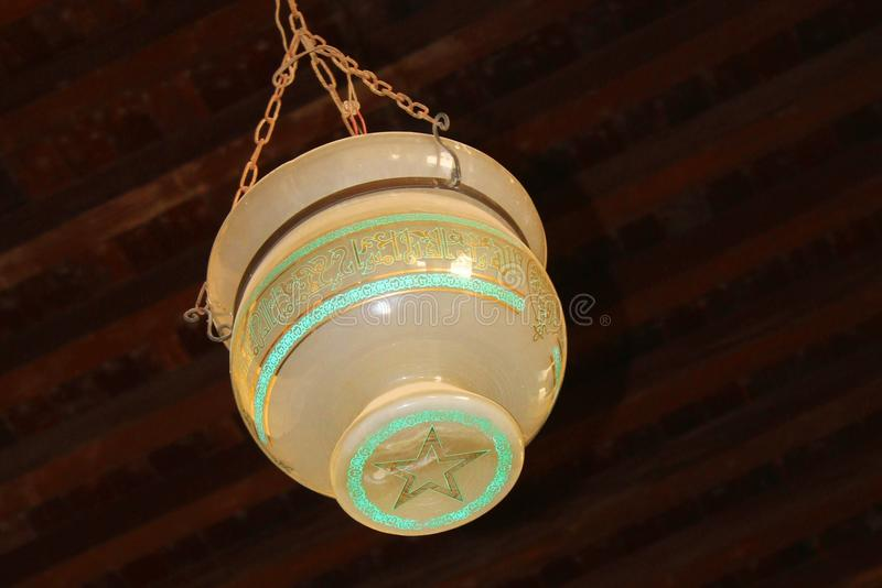 Gammal lampa i den Hakim moskén arkivfoto