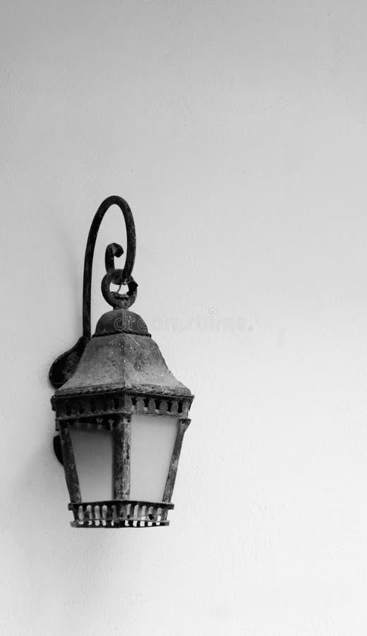 Gammal lampa mot royaltyfri bild