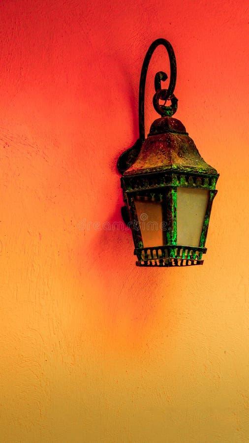 Gammal lampa mot arkivbild