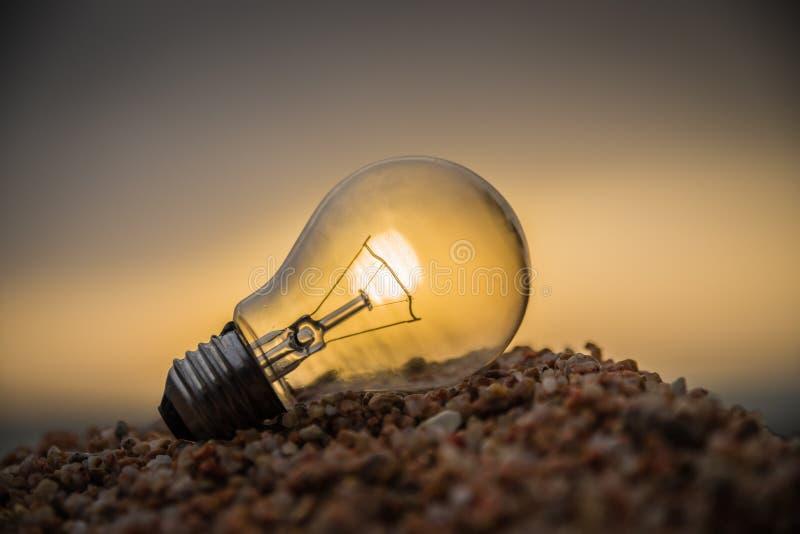 Gammal lampa som är upplyst vid solen arkivbilder