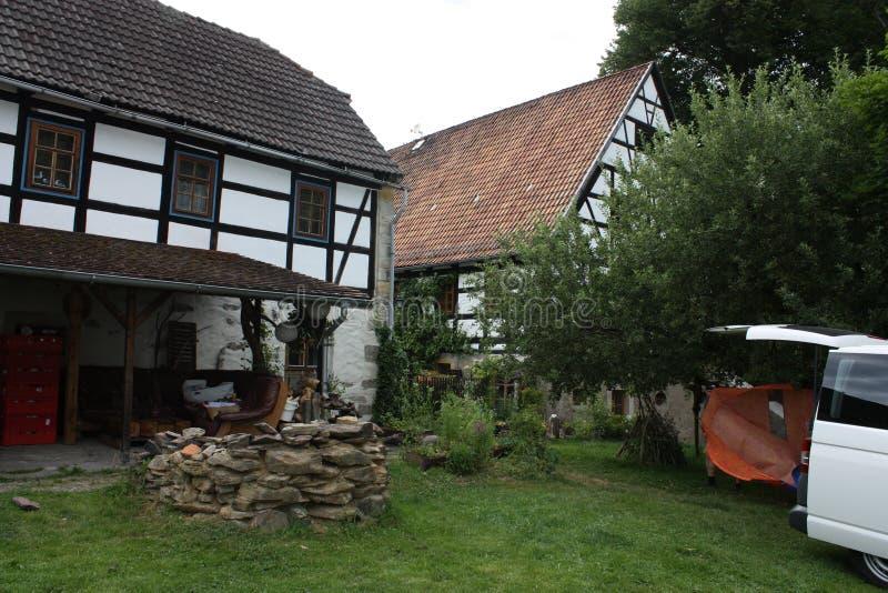 Gammal lantgård med en brunn arkivfoton