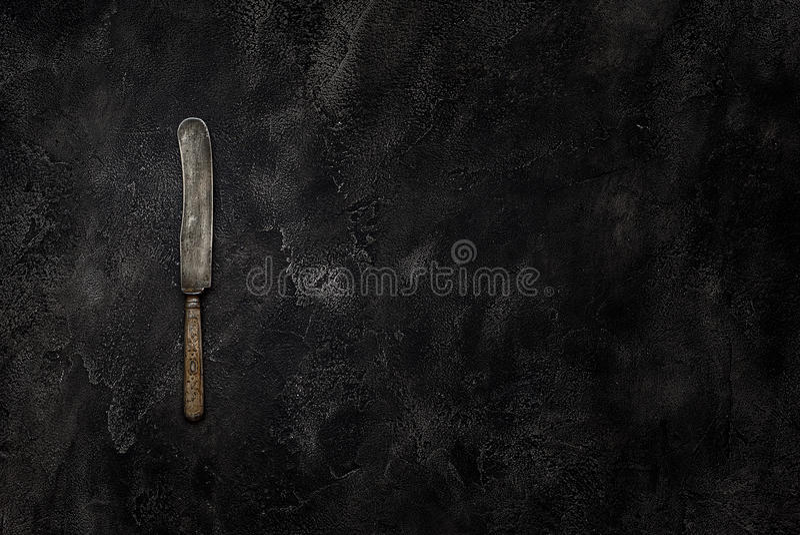 Gammal lantgårdkniv på konkret bästa sikt royaltyfri foto