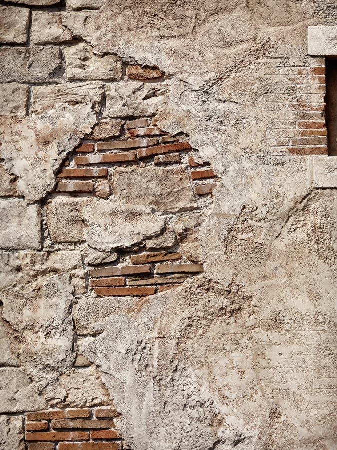 Gammal lantlig sten- och tegelstenväggtextur royaltyfria bilder
