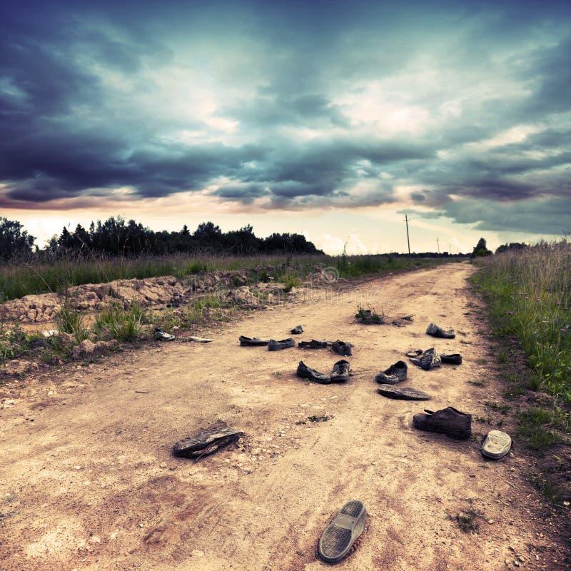 Gammal Lantlig Väg Med övergivna Skor Arkivfoto Bild av