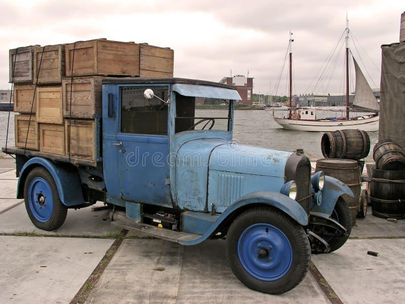 gammal lastbil för amsterdam hamnpåfyllning arkivbild