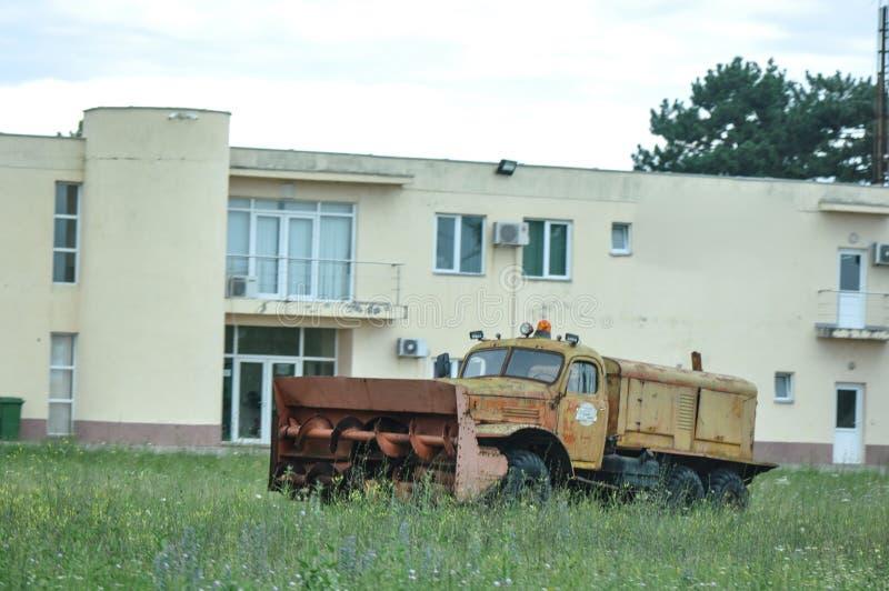 Gammal lastbil för snöplog royaltyfri bild