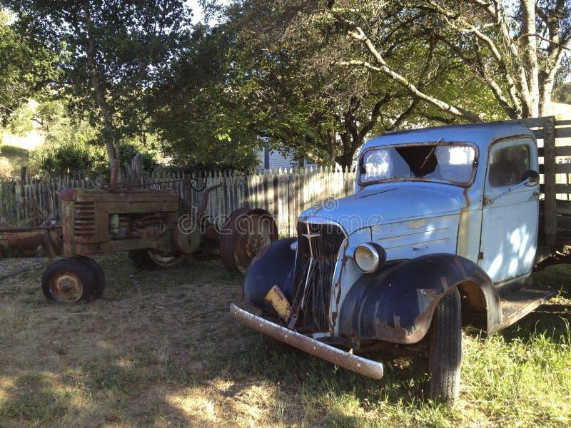 Gammal lastbil och traktor royaltyfria foton
