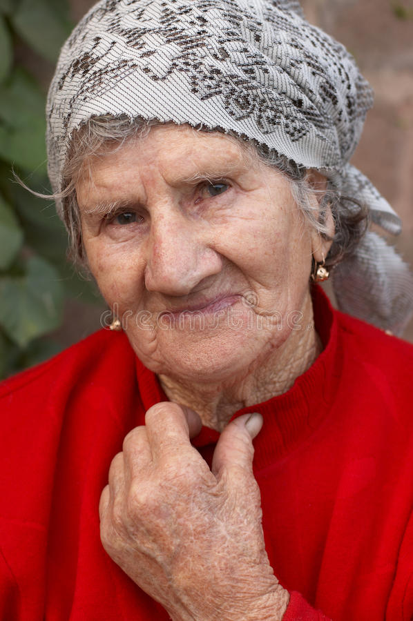 gammal le kvinna royaltyfri fotografi