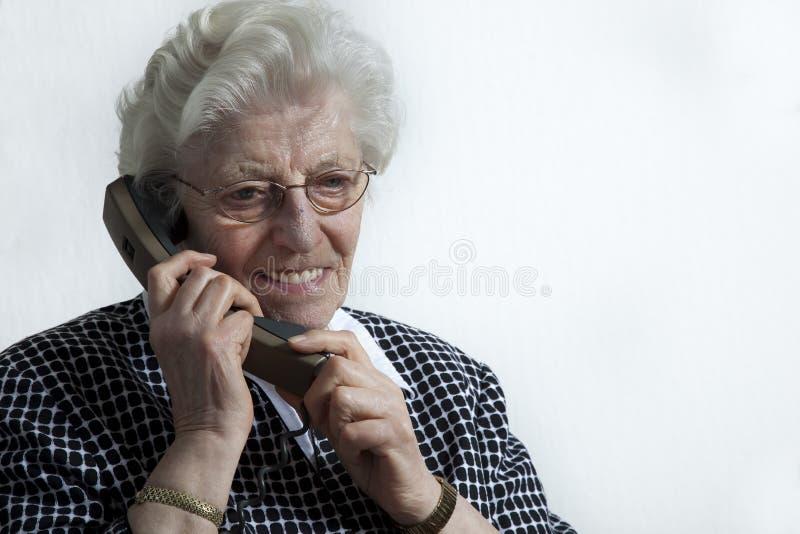 gammal le telefonkvinna för hand royaltyfri fotografi