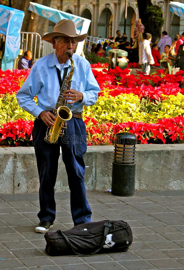 gammal leka saxofon för mexikansk musiker arkivfoton