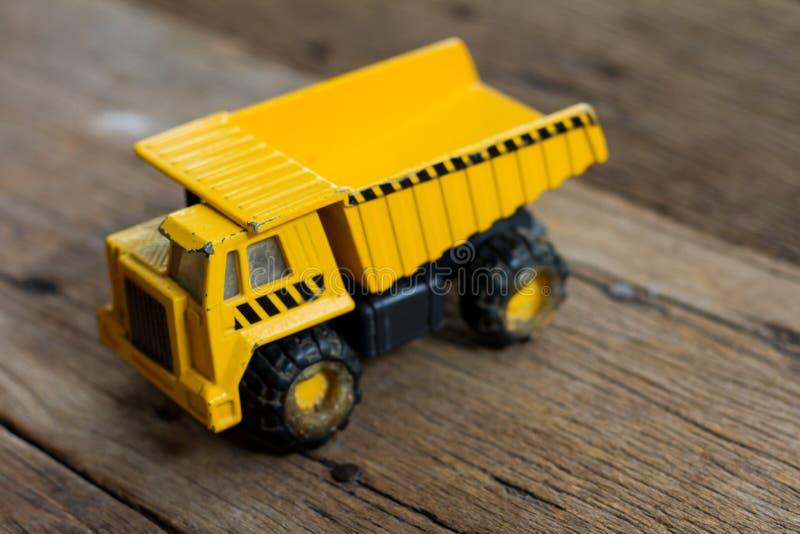 Gammal leksaklastbil på trätabellen royaltyfri foto