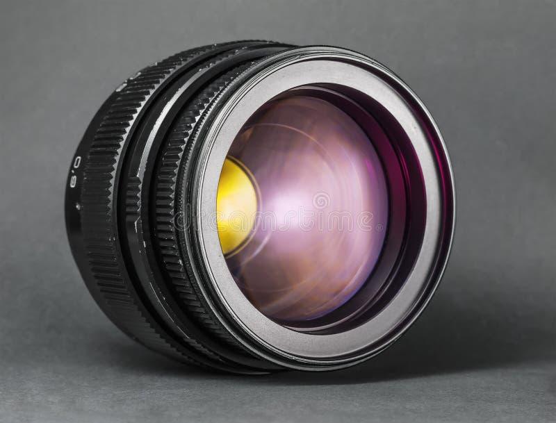 gammal lins Fotokameramål på mörk bakgrund royaltyfri bild