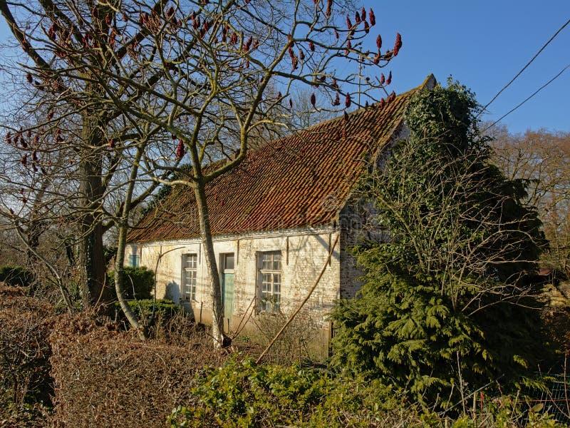 Gammal liten lantgård i Flanders, Belgien royaltyfri foto