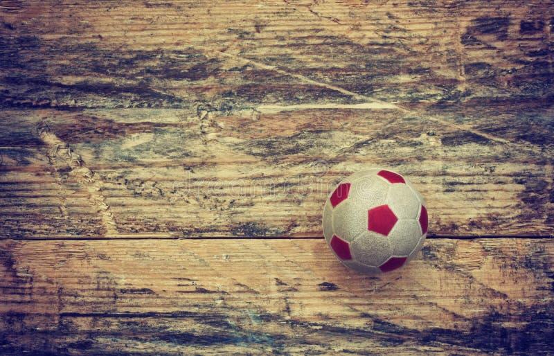Gammal liten leksakboll på trätabellen arkivbild
