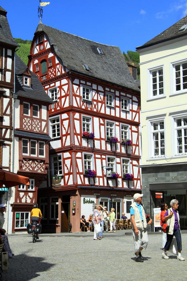 Gammal liten stad Bernkastel Kues i Tyskland royaltyfri foto