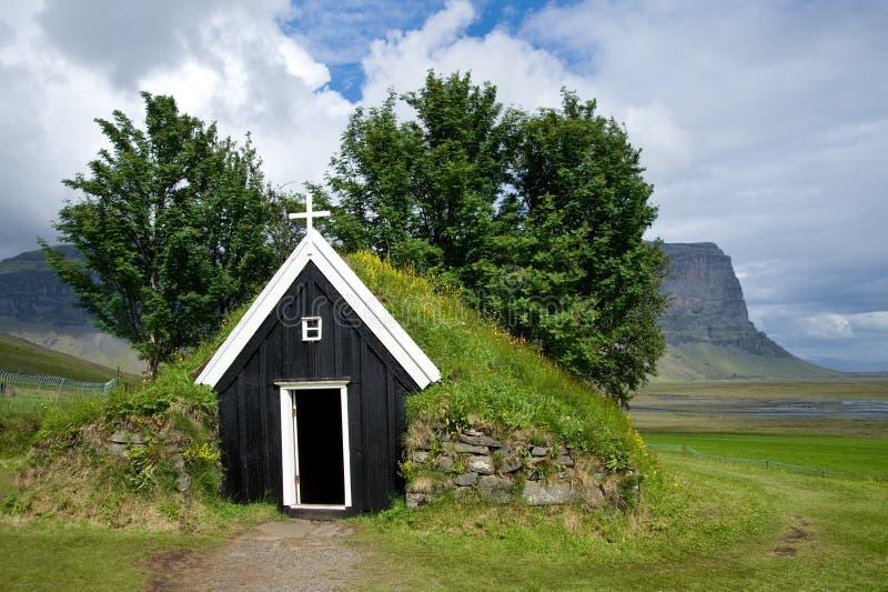 Gammal liten träkyrka av Nupstadur med gräs på taket, Island royaltyfria bilder