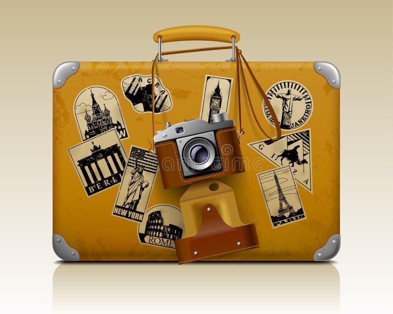 Gammal liten trådsliten resväska med en retro fotokamera vektor illustrationer