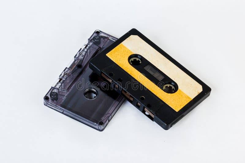 Gammal ljudkassett som isoleras på vit bakgrund Historisk reco arkivfoton