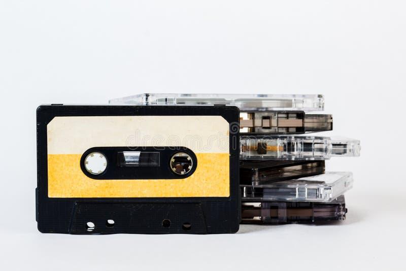 Gammal ljudkassett som isoleras på vit bakgrund Historisk reco arkivbild