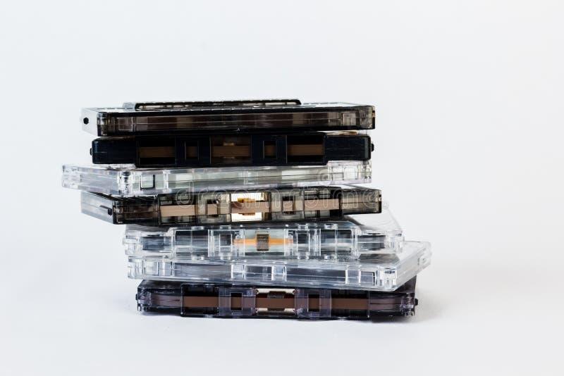 Gammal ljudkassett som isoleras på vit bakgrund Historisk reco fotografering för bildbyråer