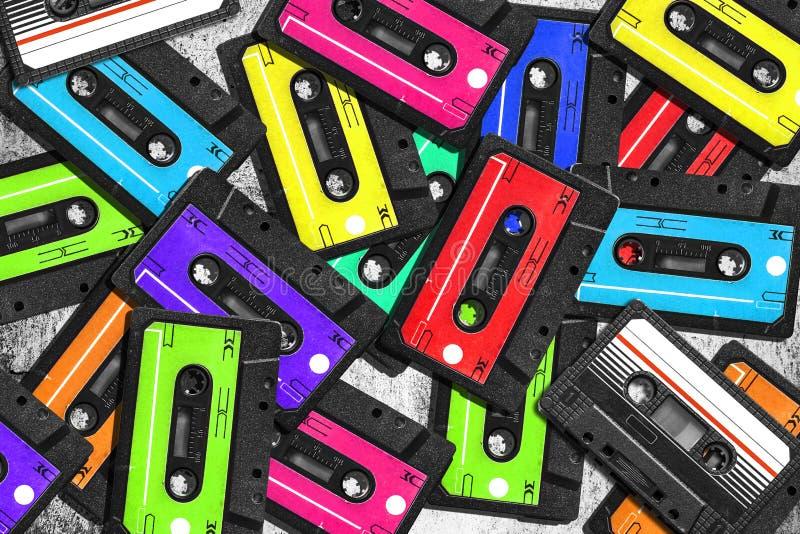 gammal ljudsignalkassett Mångfärgade ljudband closen colors slappt övre siktsvatten för liljan Begreppet av gammal musik stor sam arkivbild