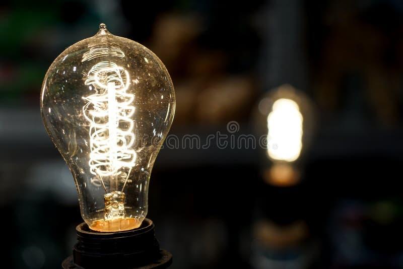 Gammal ljus kula som glöder i mörker close upp royaltyfria bilder