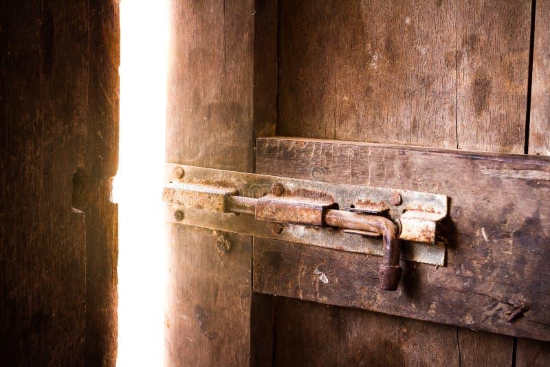 gammal lokal för stängd mörk dörr som skiner royaltyfri foto