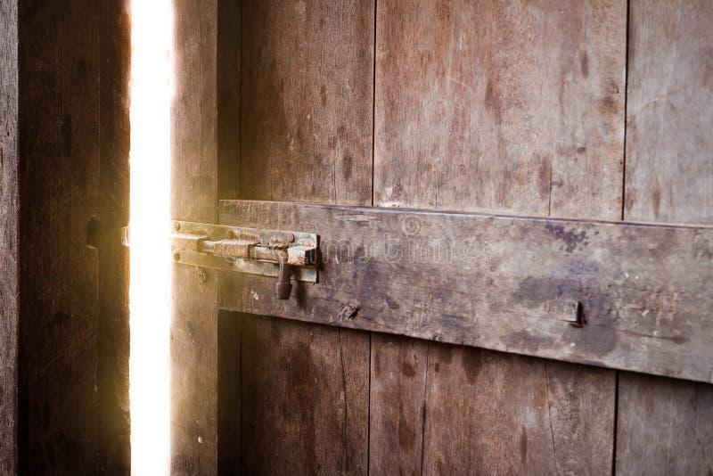 gammal lokal för stängd mörk dörr som skiner royaltyfria foton