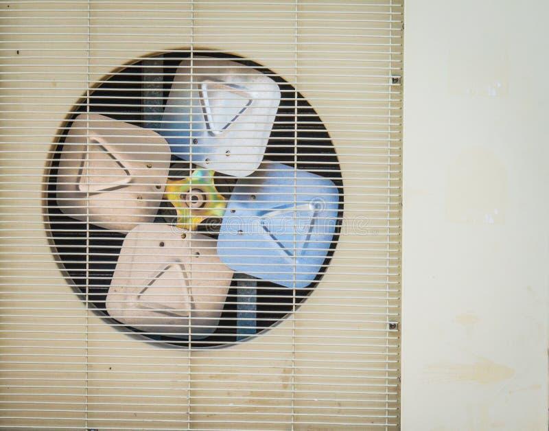 Gammal luftvillkorkompressor som kyler maskinen royaltyfri foto