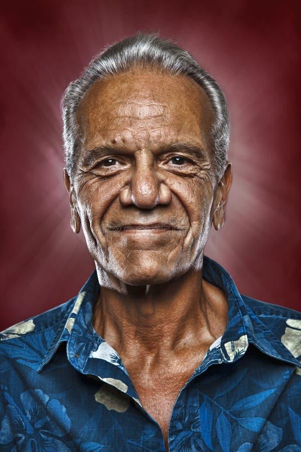 Gammal lycklig hawaiansk man royaltyfri foto
