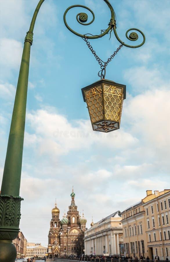 Gammal lykta på bron i St Petersburg royaltyfri bild