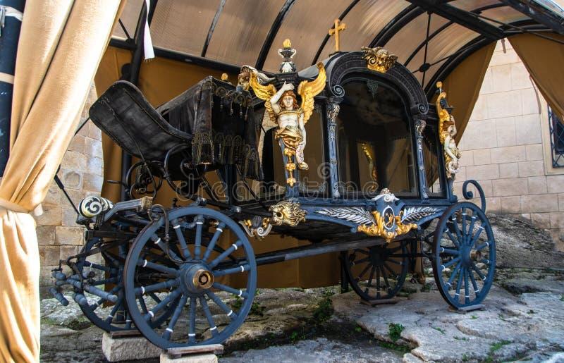 Gammal lyxig vagn i en slottg?rd royaltyfria foton